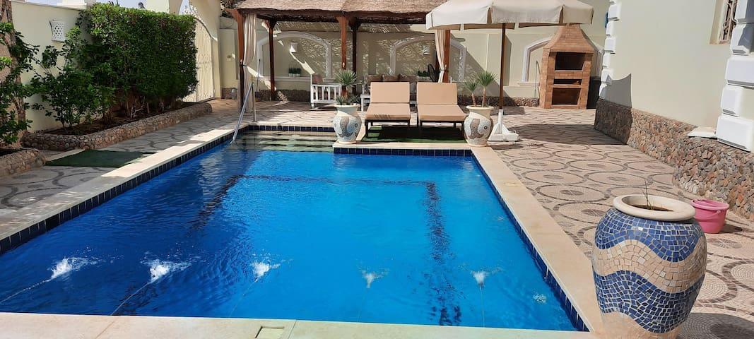 Private apt. private pool & garden. + Central loc!