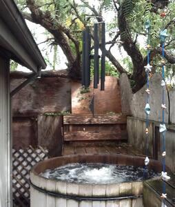 Romantic Retreat with hot tub near the beach!