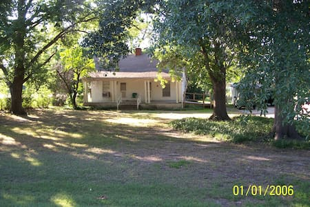 Country cottage/quiet and private. - Corsicana