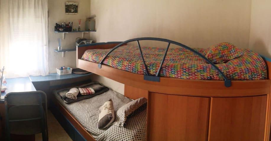 cozy room. 2 beds & funny cats. near madrid