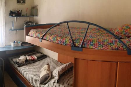 cozy room. 2 beds & funny cats. near madrid