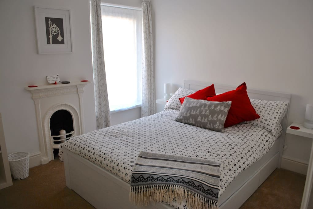 Light and bright guest room with double bed and views of the garden.