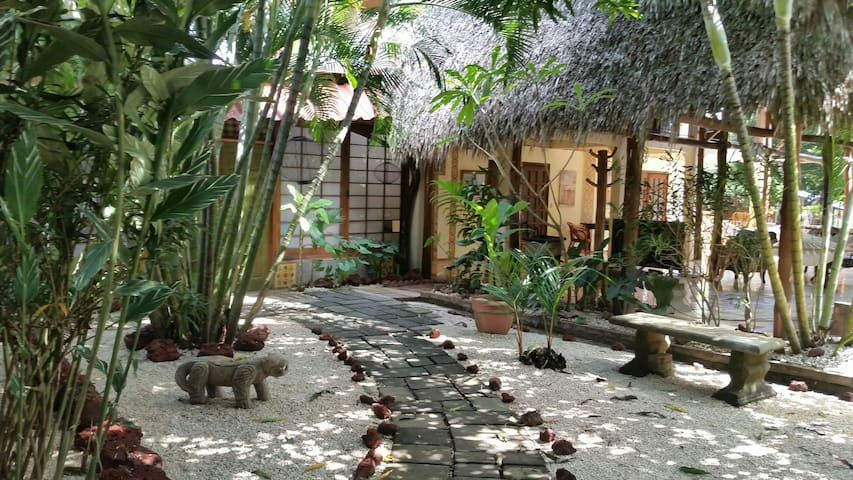 TRANQUIL OASIS-STEPS TO BEACH-FAST WIFI-KING SUITE - Esterillos Oeste - Boutique-hotel