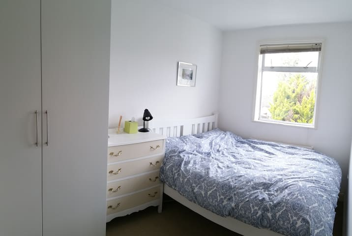 a quiet cosy room near a tube station - Londra - Daire