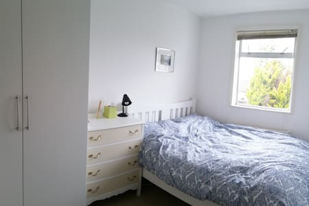 a quiet cosy room near a tube station - Londres