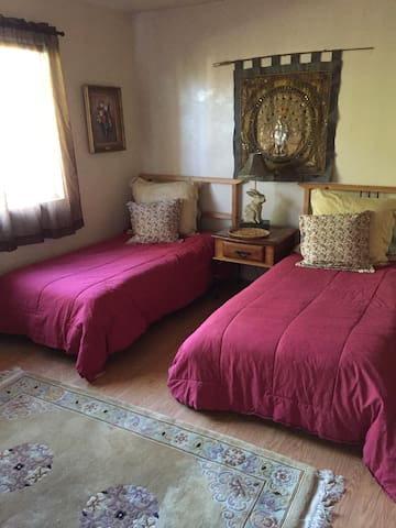 Twin beds in our cozy relaxed home - Ramona - Bed & Breakfast