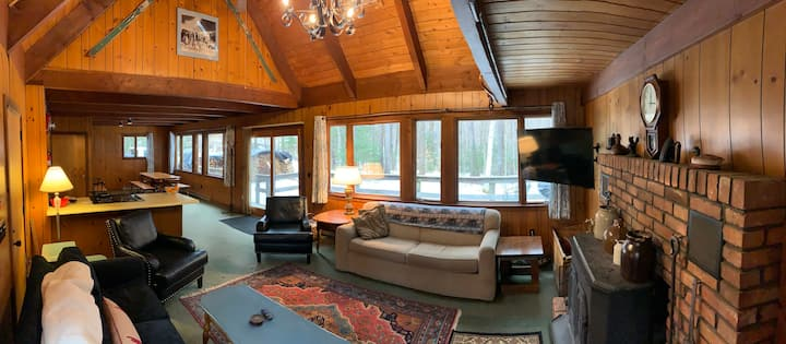 Private Classic Ski Chalet, hot tub, 5 mins to mtn