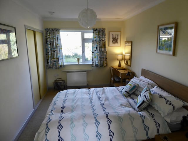 Bright modern, quiet, ensuite B&B.