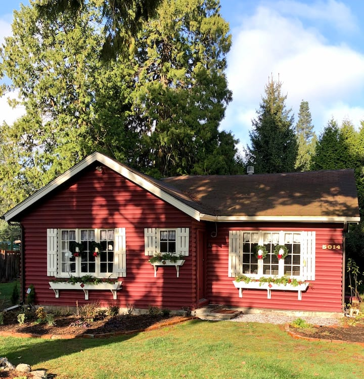 Charming Cabin 2 Blocks from the Salt Water Beach