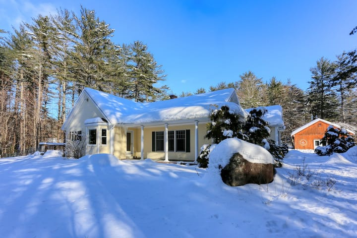 Dog-friendly cottage w/enclosed yard near Sunday River Resort