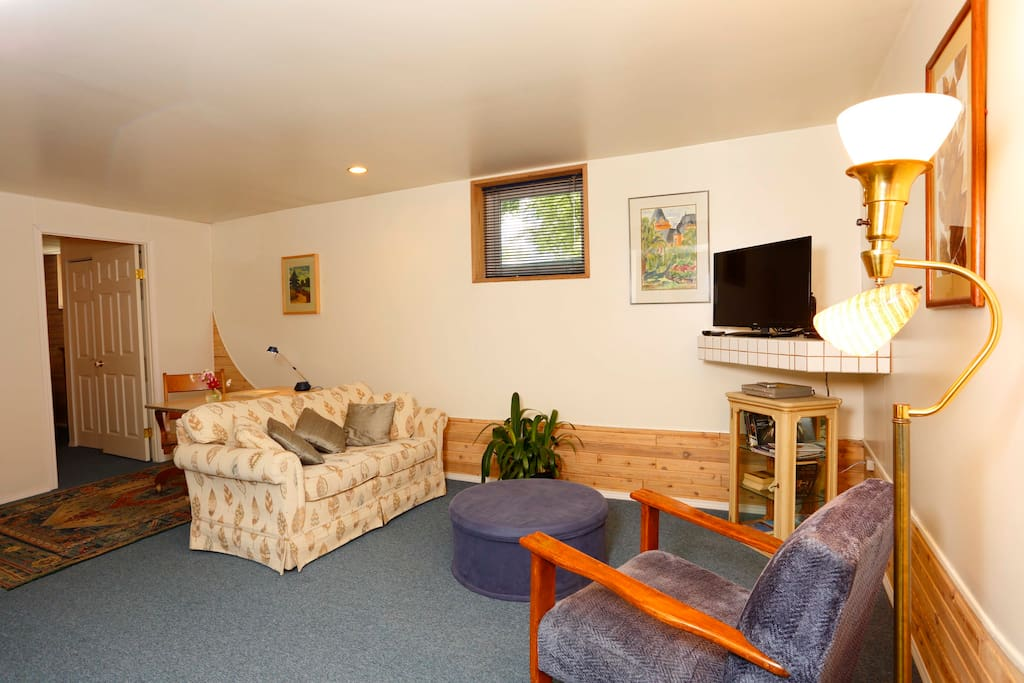Comfortable furnishings, cable TV, DVDs and wifi