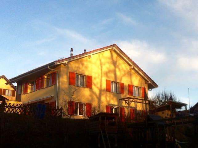 La Maison Jaune - Echallens - บ้าน