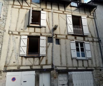 A simple 400 yr old house. - Villefranche-de-Rouergue - Hus