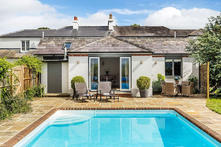 Garden cottage with outstanding Surrey Hills views