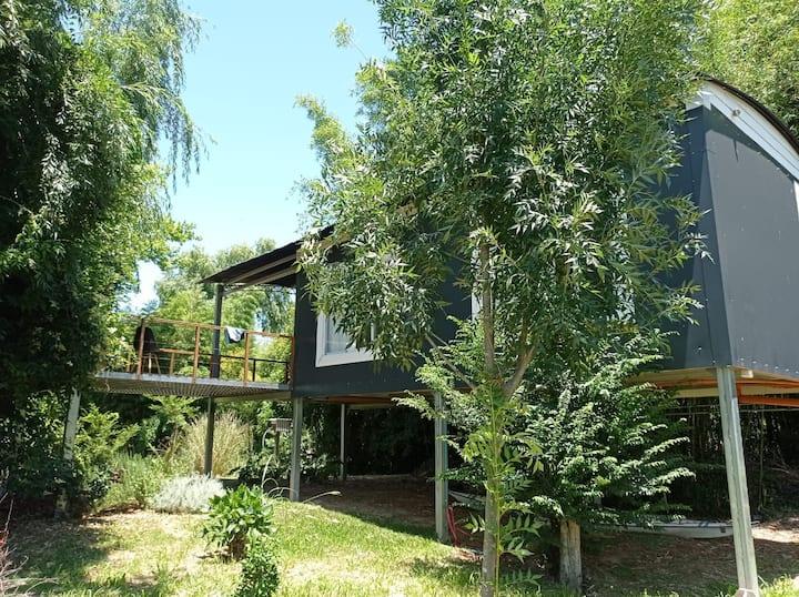 Casa  con amplio deck sobre el arroyo Gambado.