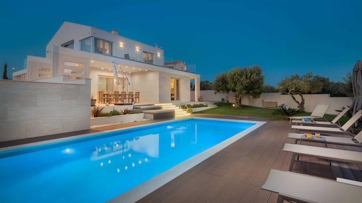 Luxury Villa Cinderella with Swimming Pool