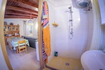 La doccia della mansarda: l'acqua calda è servita da pannelli solari-termici.