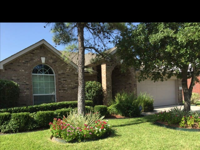 2 br Cozy Home 10 mins from IAH