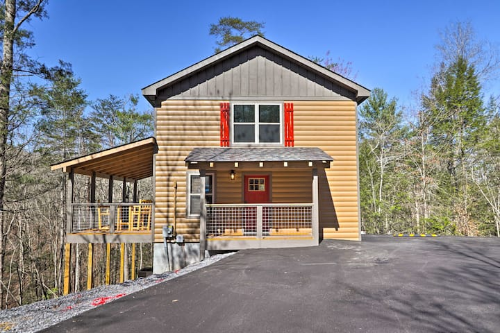 NEW! Luxe Cabin Getaway w/ Hot Tub 1 Mi to Parkway