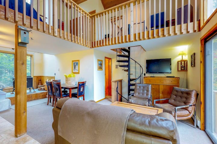 Dog-friendly cottage w/ deck & beautiful views - close to golf, skiing, & trail