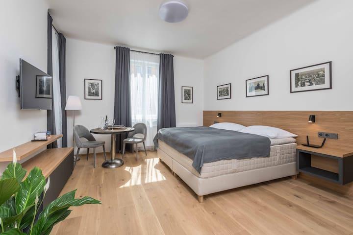 Sleek Modern Apartment Near Old Town (aircon)