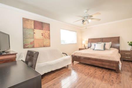 一个king size 大床的独立卫生间的大套房,还有一个双人的沙床! - ローランドハイツ - 別荘
