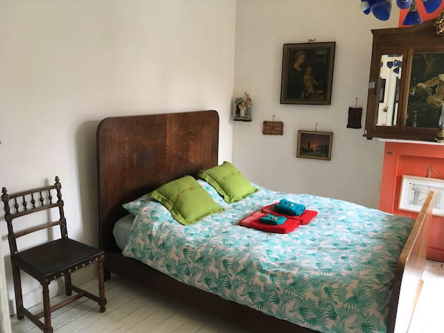 Private room in queit en green area of city centre