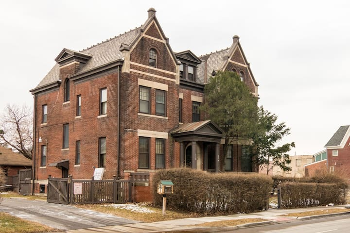 Historic Brush Park Manor: 2 blocks from Q-Line!!!
