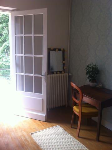 Chambre bleue dans maison de caractère