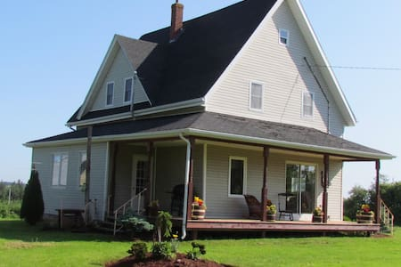 4 Bdr Country Home, 10km to Summerside, Canoes - Miscouche