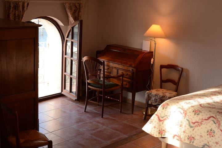 Chambre, bureau et fenêtre sur port