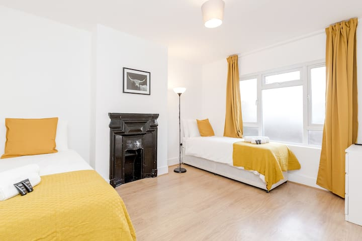 Spacious Twin Room in London Near Westfield