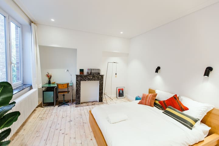 Spacious room in Art-deco House, Top Location