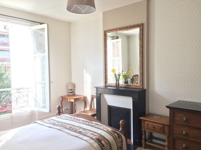 Private cosy room for Parisian rest - Bourg-la-Reine - Bed & Breakfast