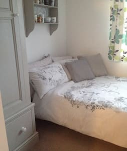 Quiet double bedroom - close to LHR & Twickenham - Feltham - 단독주택