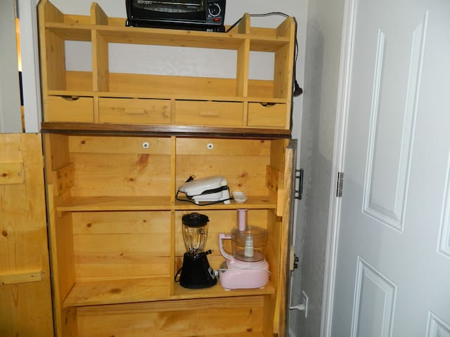 Private guest suite in safe, convenient location