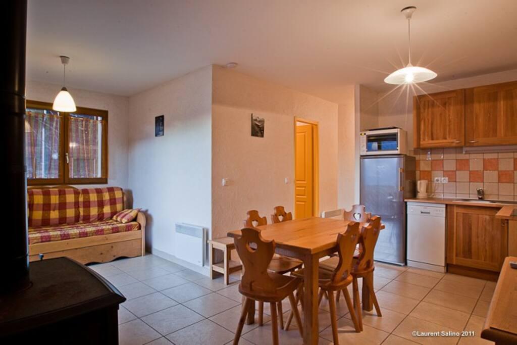 Salon/Cuisine/Table repas un des appartements du 1er étage - Pour 2 appartements loués rajout d'une table repas