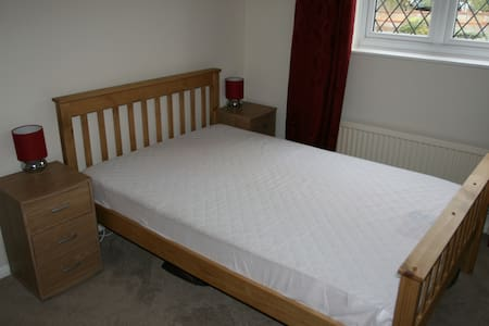 Bright Sunny Fully Furnished Double :-) - Worcester Park