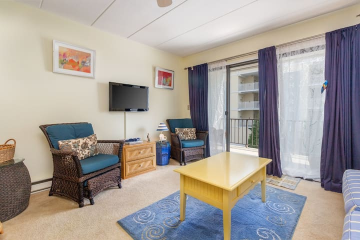 Cozy condo w/partial ocean view -near restaurants & beach