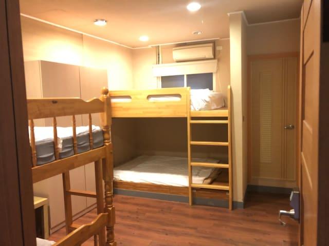 背包客男生房bed4 以床計價一張床600元the price for one guest only