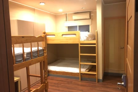 背包客男生房bed5雙人床一張床850元 the price for one guest only