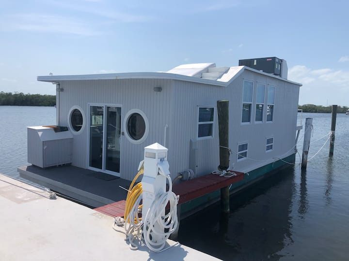 "Aqua Lodge Houseboat ""The Grey Lady"""