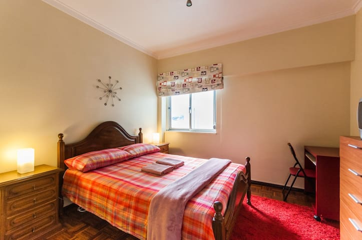 Comfortable double bedroom near Sintra.