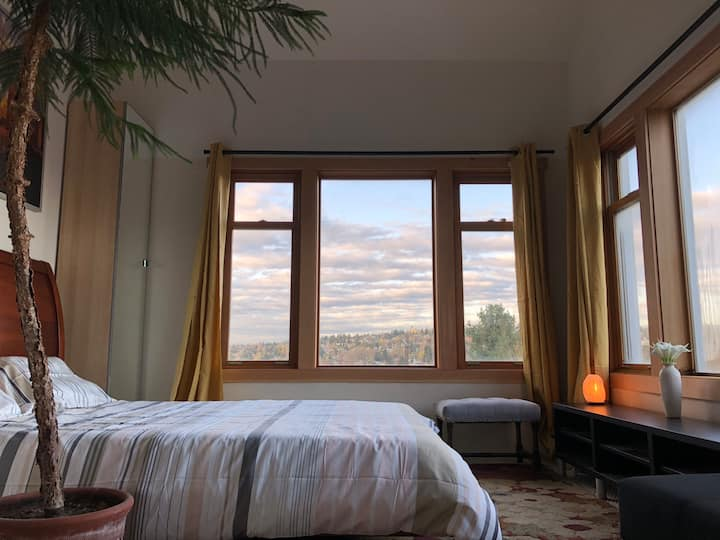 Queen Anne Home with Sweeping View-Free Parking