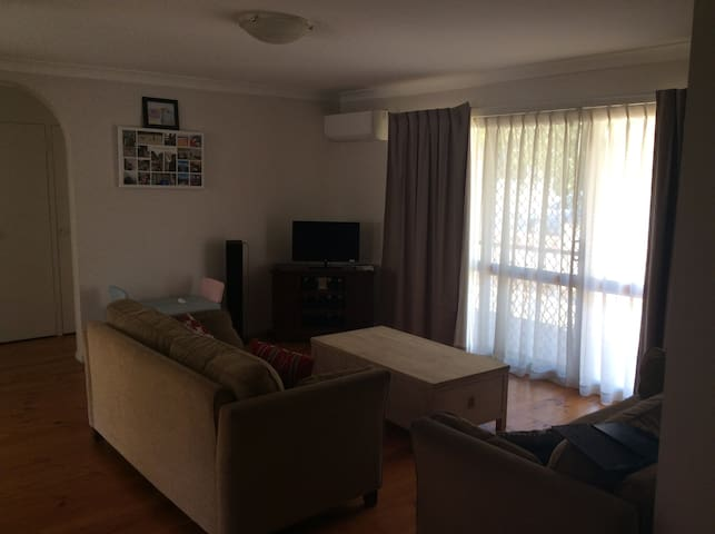 Solid 2 bedroom with easy access to the city - Camp Hill - Departamento