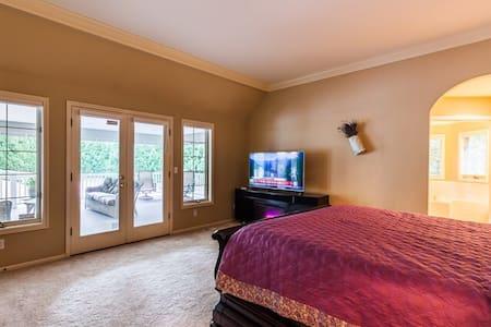 这是主卧,超大的卧床和卫生间,有电视机,让你感受五星酒店的享受和服务。 - Redmond - Haus