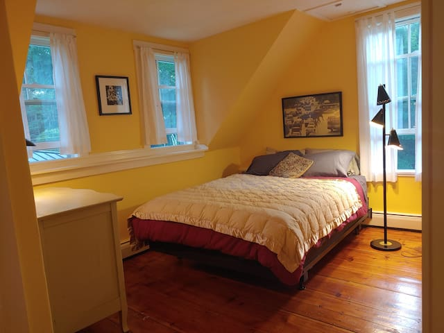 Sebago Guest House (Yellow Room)