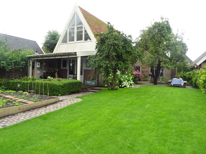 Gezellig tuinhuis aan doorgaand vaarwater