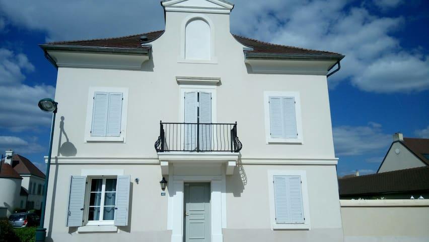 Grande maison près Disneyland Paris+Petit déjeuner - Bailly-Romainvilliers - Hus