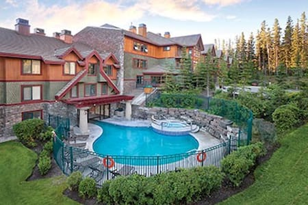 Studio apartment with pool/hot tub - Canmore